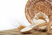 Meel en tarwe graan met houten lepel op een houten tafel. — Stockfoto