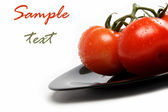 čerstvá rajčata na talíři, izolovaných na bílém pozadí. — Stock fotografie