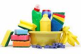 Capacidad de limpieza suministros aislados sobre fondo blanco. — Foto de Stock