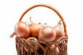 洋葱在白色背景上的篮子里的新鲜个灯泡 — 图库照片