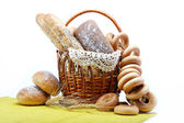 Färskt bröd i korg isolerade. — Stockfoto