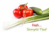 Cipolle verdi fresche, cetrioli e pomodoro isolato su bianco. — Foto Stock