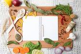 Notebook per ricette e spezie su tavola di legno. — Foto Stock