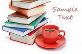 Stoh knih a šálek kávy v talíř na zádech, bílá — Stock fotografie