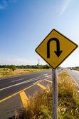 Carretera de símbolo u-turn en ciudad rústica — Foto de Stock