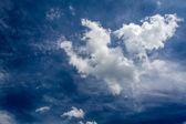 Himmel und windig wolken-Hintergrund — Stockfoto