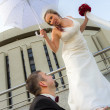 The groom and the bride happily poses — Stock Photo
