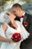 接吻快乐年轻夫妇 — 图库照片