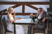 The groom and the bride is celebrating with champagne — Stock Photo