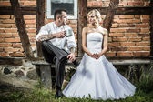 Young couple in front of old vintage house — Stock Photo