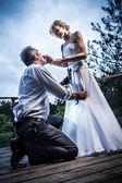 Mladý pár v podivné situace — Stock fotografie