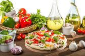 Preparazioni per cuocere la pizza da verdure fresche — Foto Stock