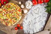 I love pizza with fresh vegetables — Stock Photo