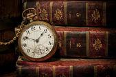 Alte taschenuhr und bücher auf zurückhaltende textfreiraum — Stockfoto