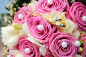 婚礼花束和金戒指 — 图库照片