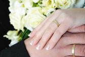 Wedding hands and golden rings — Stock Photo