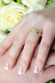 Wedding hands and golden rings — Stock fotografie