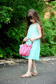 Retrato de niña niño comprobando su bolso — Foto de Stock