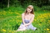 Outdoor portrait schöne junge blonde frau — Stockfoto