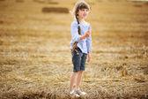 持有小麦小穗的小女孩 — 图库照片