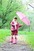 Kid fille pose à l'extérieur avec parapluie rose — Photo