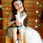 kleines Mädchen im Vorgriff auf Weihnachtsnacht — Stockfoto