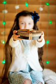 Little girl in anticipation of Christmas night — ストック写真