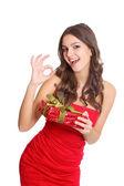 ギフトと幸せの赤い服の女の子 — ストック写真
