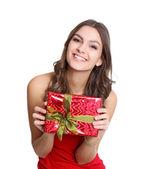 счастливые женщины в красном платье с подарком — Стоковое фото