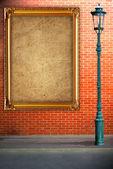 Lámpara post street y marco en ladrillo de la pared fondo — Foto de Stock