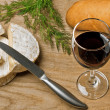 Red wine, Brie and Camembert cheeses with bread on the table — Stock Photo
