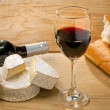 Red wine, Brie, Camembert and bread on the table — Stock Photo