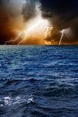 молнии в небе, море — Стоковое фото