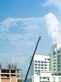 建設クレーンとビル — ストック写真