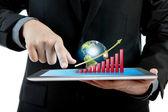 Człowiek biznesu gospodarstwa nowoczesne cyfrowe tablet pc z sukcesem g — Zdjęcie stockowe