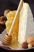 Brie and honey. — 图库照片