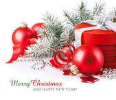 κόκκινο χριστουγεννιάτικο δώρο με υποκατάστημα firtree — Φωτογραφία Αρχείου