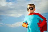 Bambino che finge di essere un supereroe — Foto Stock