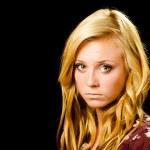 Porträt von ziemlich junges Mädchen suchen Sie traurig oder deprimiert isoliert auf schwarz — Stockfoto