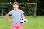 Porträtt av teen flicka fotbollspelare på fältet — Stockfoto