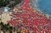 Giorno di Carnevale soleggiata sulla spiaggia di ipanema — Foto Stock