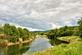 River Leven flowing through lush countryside — Stock Photo