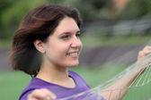 Donna bella fitness dietro sport netto — Foto Stock