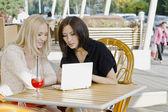 Due ragazze discutendo — Foto Stock