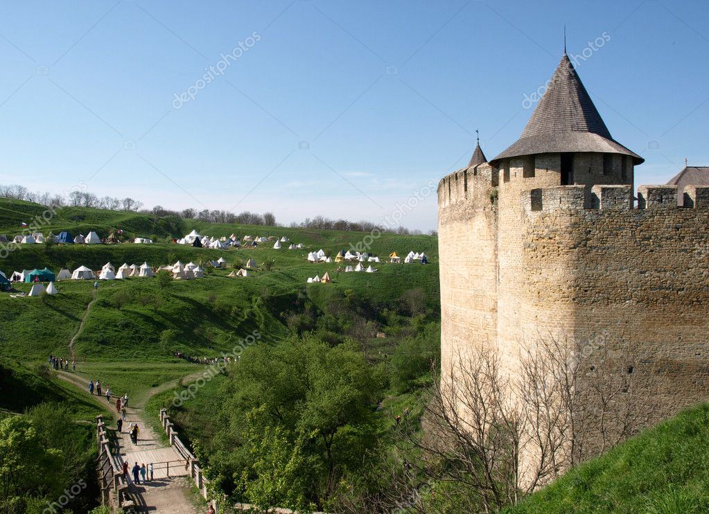 KHOTYN - APRIL 1:Undefined entering castle during Battle of Nations Medieval Festival on April 1, 2010 in Khotyn, Ukraine — Stock Photo #11389442