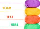 Стек мотков пряжи в желтый, оранжевый, зеленый, фиолетовый цвета на — Стоковое фото