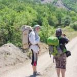 Woman tourist takes a snapshot of the nature — Stock Photo