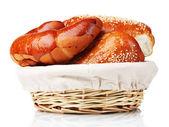 Pečený chleba v košíku izolovaných na bílém — Stock fotografie
