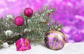 Bola de natal e o brinquedo com a árvore verde na neve em roxo — Foto Stock
