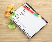 Planung der ernährung. notebook-mess-bänder und stift auf holztisch — Stockfoto